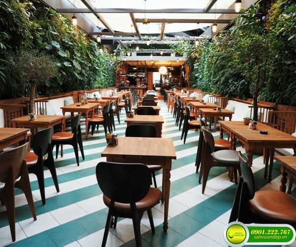 tường cây xanh quán cafe
